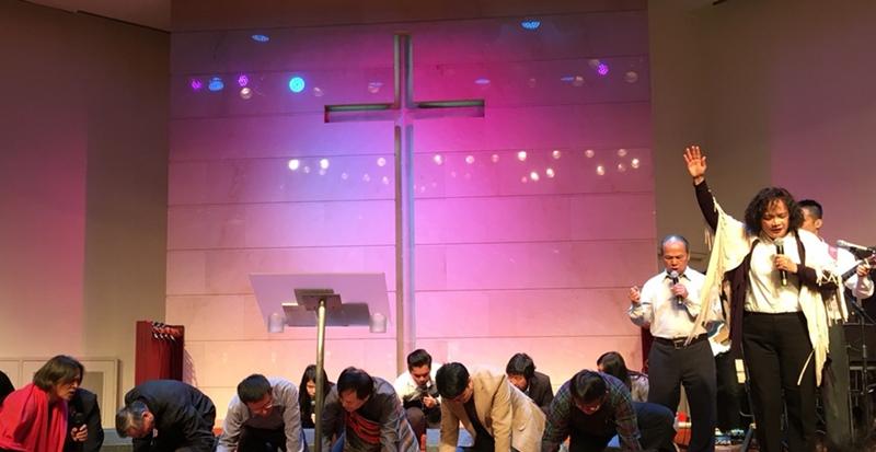 2月28日舉辦「為國禁食禱告嚴肅會」禱告畫面。