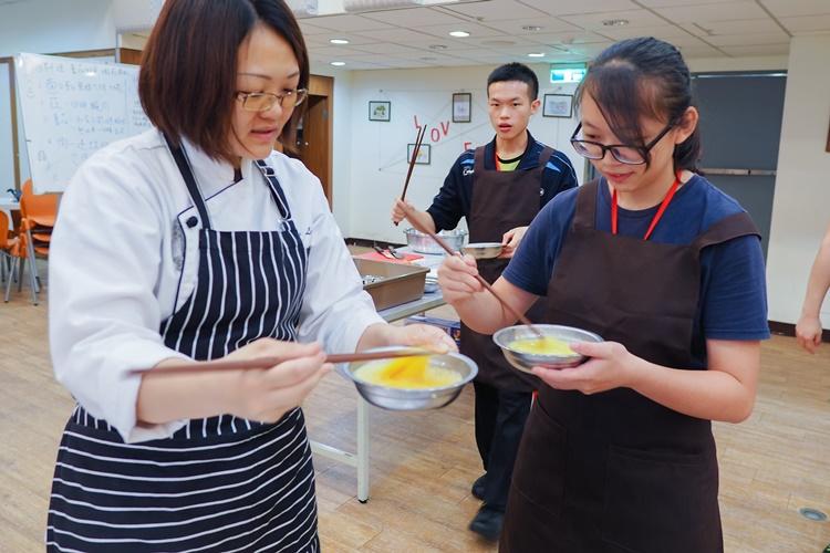 餐飲社從基本刀工著手,由烹飪老師教導中餐料理,上完所有課程,可具備考取中餐丙級證照的能力。