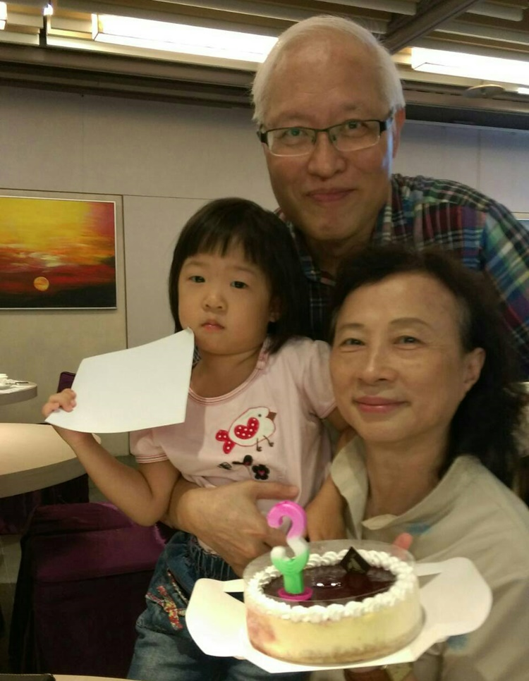 3歲小孫女周語心,是周克成牧師與瑪莉師母的開心果,含飴弄孫天倫樂。