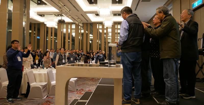 全場也一齊為台上禱告。