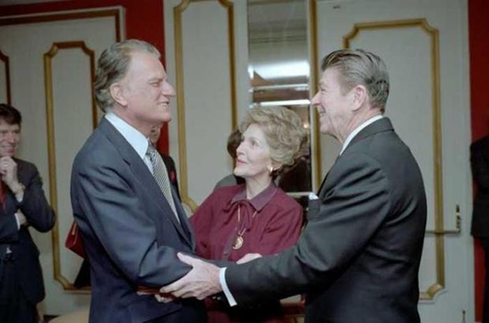 第40屆美國總統雷根(Ronald Reagan)與妻子,熱情接待葛理翰牧師。