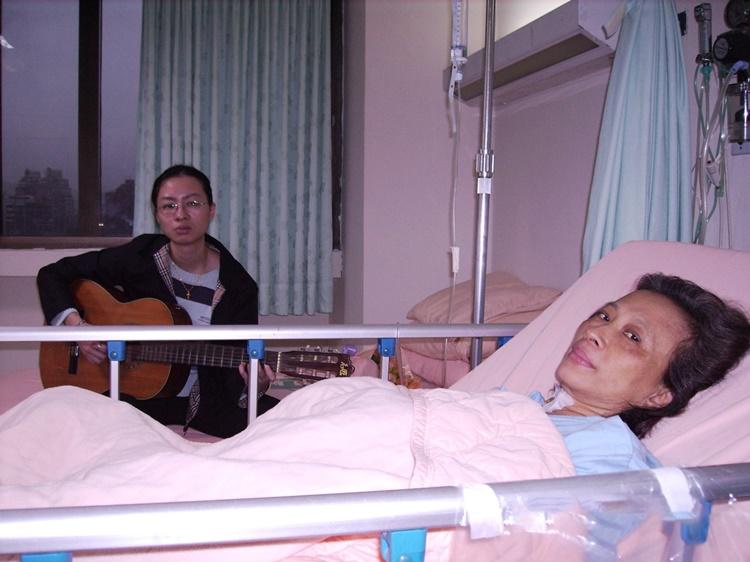 瑪莉師母大手術前一晚,女兒周安琦在病床前彈吉他唱詩歌安慰母親的心。