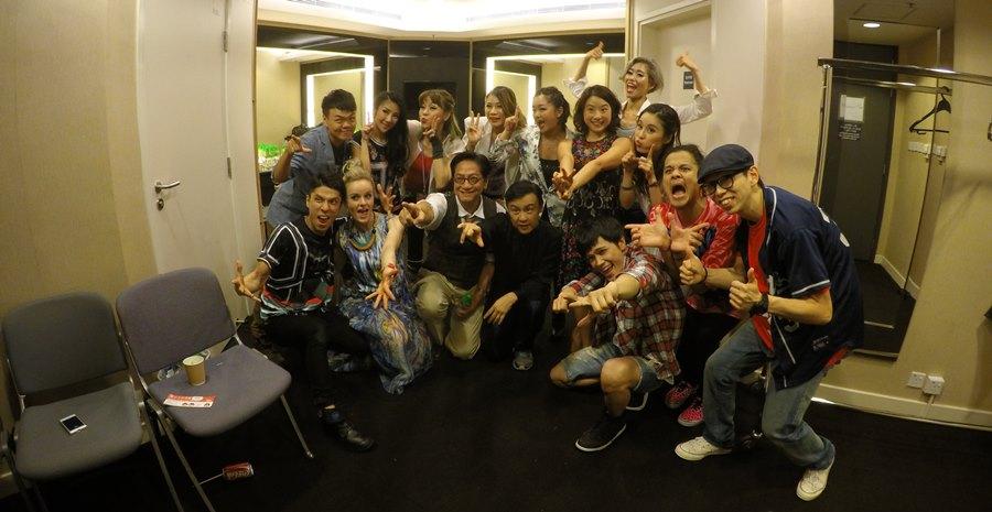 大型福音活動YEAH SHOW GC CREW與一眾藝人及舞蹈員後台拍照留念。