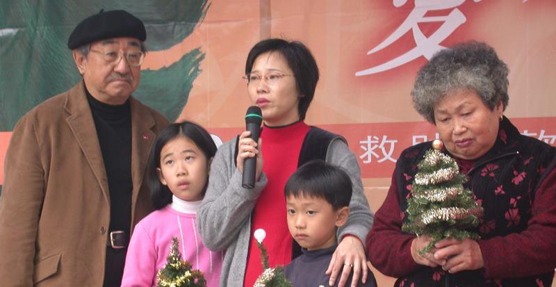 2002 孫叔叔贈聖誕樹予重建區災民。