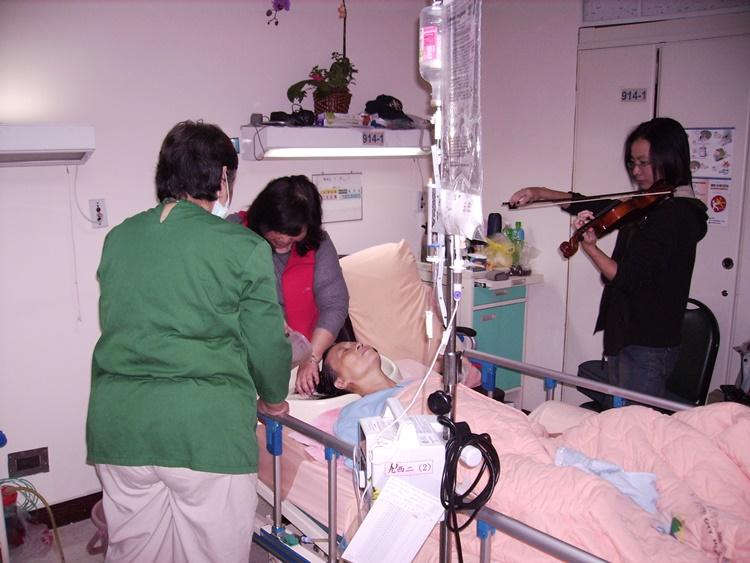 周安琦常在病房拉小提琴,一曲曲的詩歌音樂陪伴病苦中的媽媽。