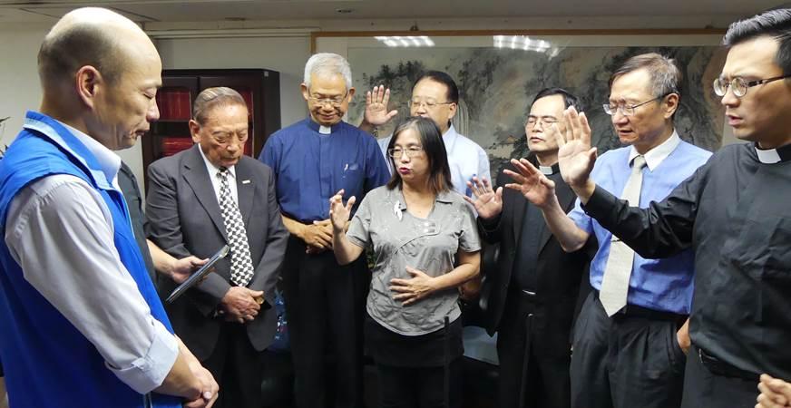 果峰信義會蔡芸師母,以及浸宣新生命教會牧師蕭家勝,代表諸位牧長為韓國瑜祝福禱告。