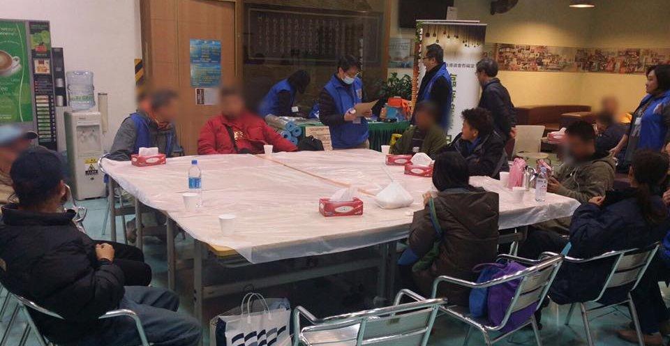 一班老友記在恩福避寒中心坐下休息聊天,一起渡過嚴寒。