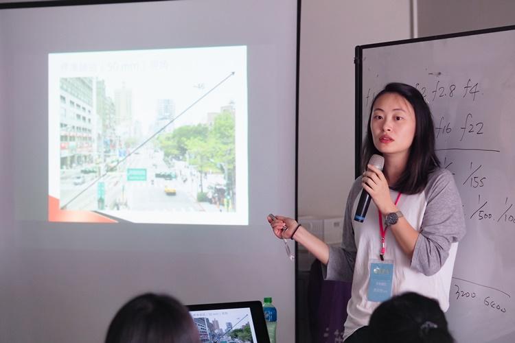 多媒體社由電影「看見台灣」專業攝影師,從基礎的拍攝、取景、調光教起,奠定未來拍攝影片的根基。