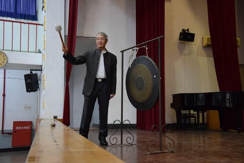 鳳山高中校長陳龔聲為飢餓12小時體驗活動,敲響第一聲鑼。