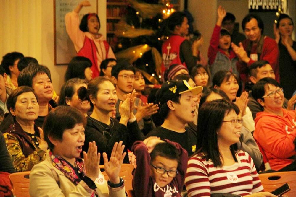 台下觀眾享受在一連串的表演中。