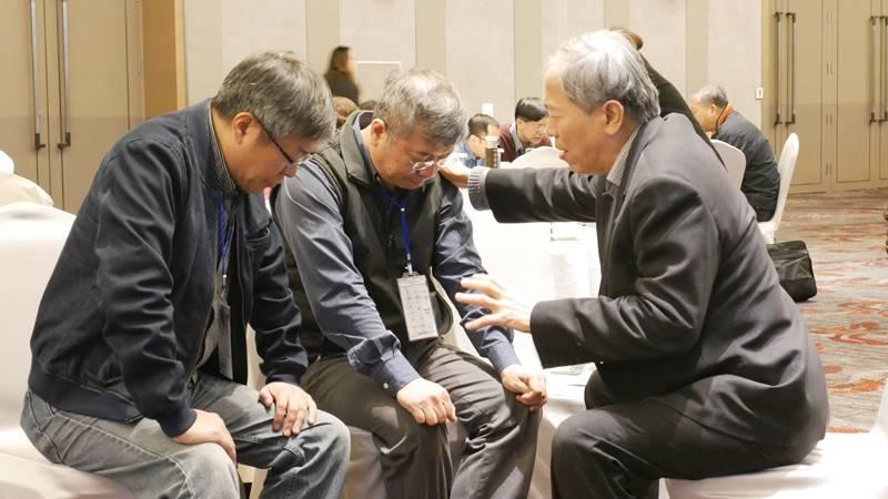 會議尾聲,牧者兩三人一組,為彼此代禱祝福。