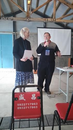 何馬可牧師與何路得師母分享西海岸福音的需要。