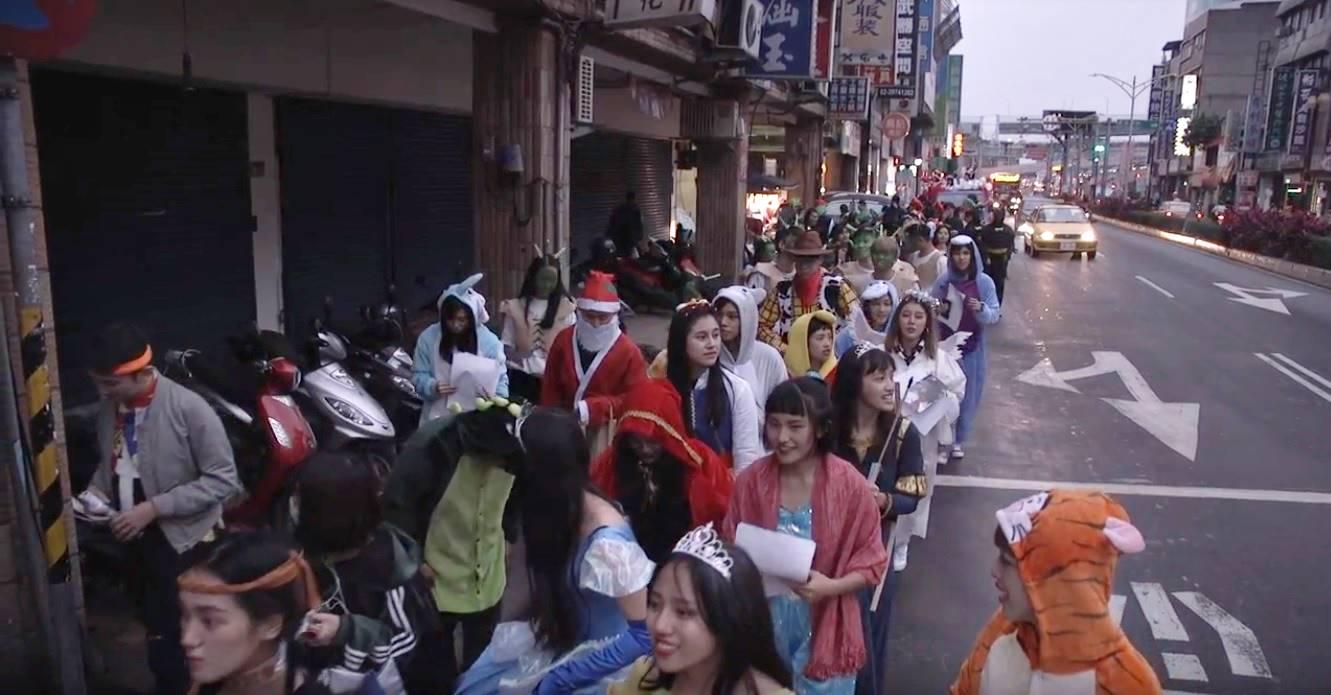 大家沿街報佳音,邊發糖果邊發送聖誕活動DM。