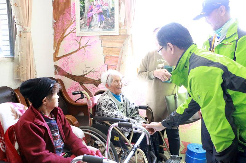 環台募款車隊12月27日拜訪斗南浸宣教會,當地同工分享斗六的社區工作。