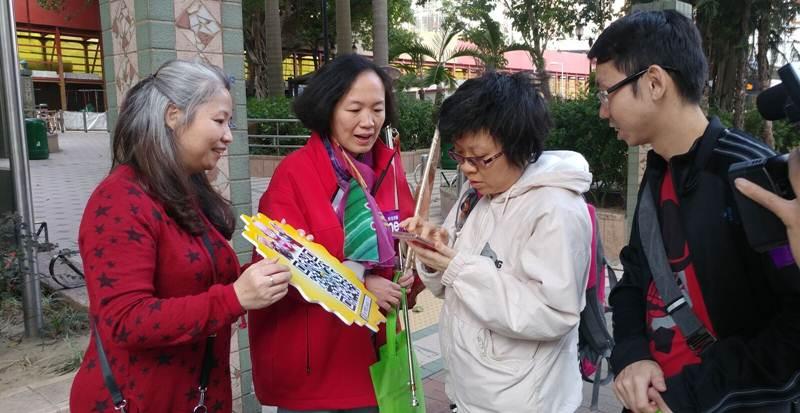 同工們向街坊派發福袋,在這除夕送上滿滿的祝福。