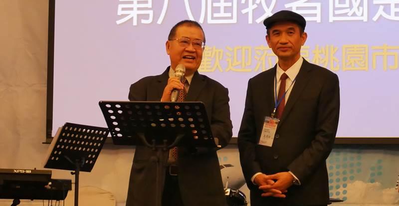 (右)桃園平鎮浸信會黃烱榕牧師、(左)桃園市政府社會局局長古梓龍。