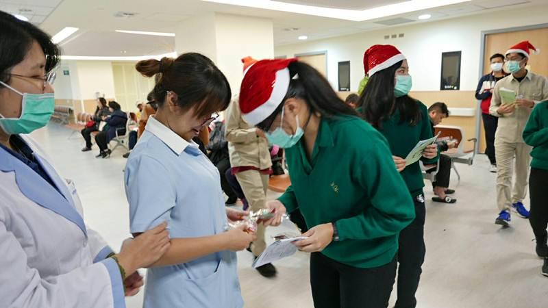 今年是輔仁大學附設醫院迎來的第一個聖誕節,由建北團契的學生主辦報佳音活動,溫暖輔大附設醫院。(照片提供/蒲公英希望基金會)