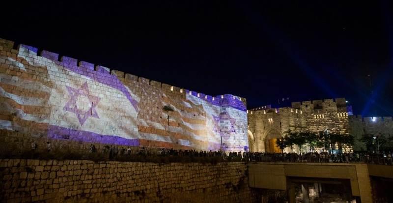 5月13日週日晚上,有燈光將以色列國旗與美國國旗打在耶路撒冷老城城牆上。