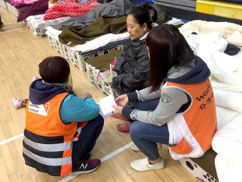 台灣世界展望會進駐收容所,提供受災民眾及時諮詢與心靈關懷,陪伴他們走過黑暗時分。
