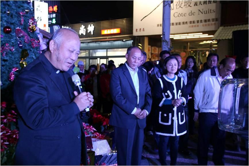 東港基督教長老教會牧師鄭宏輝於8日點燈儀式前帶領居民禱告。